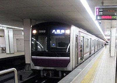 電車の屋根とすれすれに設けられた地下鉄駅の天井板(写真:Osaka Metro)