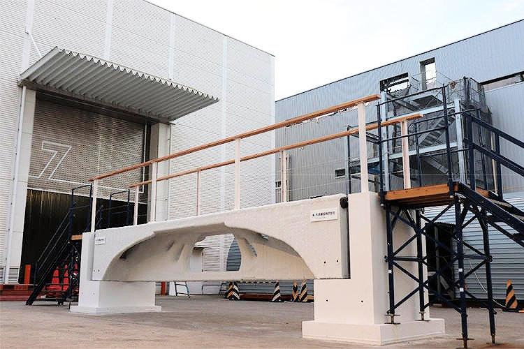 建設用3Dプリンターで製作した日本初の歩行可能な橋(以下の写真、資料:大成建設)