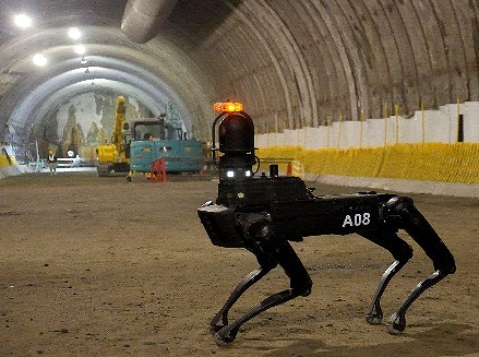 トンネル内を巡視するSpot