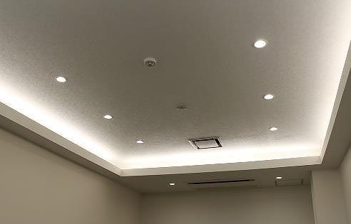 間接照明の例。これまでは天井の造作に手間ひまがかかっていた(以下の写真、資料:野原ホールディングス)