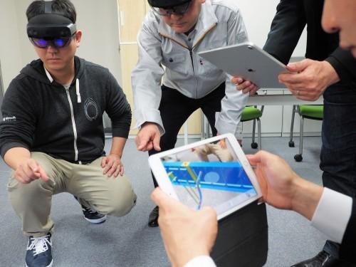 iPadにも対応しているので、HoloLens2と併用して多くの人がMRで同じモデルを見ながら検討できる(写真:家入龍太)
