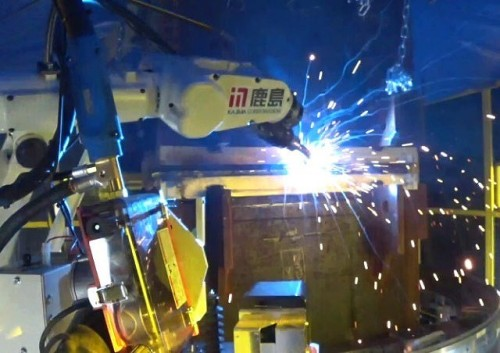 角形鋼管の周囲を溶接中のロボット(以下の写真、動画:鹿島)