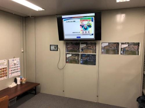 工事現場に設置された大型モニターに新規入場教育の動画が配信される