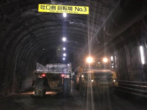 工事中のトンネル坑内をすれ違う超大型のダンプトラック(以下の写真、資料:鹿島)