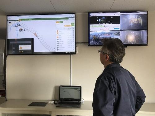 現場事務所のモニターは、まるで鉄道の集中運行管理システムのようだ