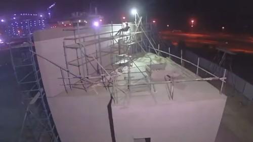 Apis Corの3Dプリンターによって建設中の2階建て建物