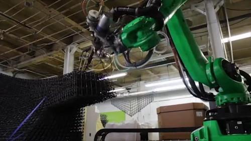 空中に樹脂製の材料で線状構造物を造形する3Dプリンター