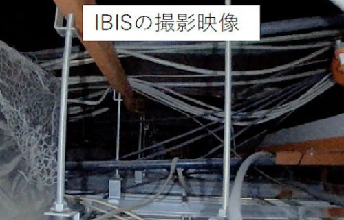 天井裏で撮影した動画の一コマ。配管や電線、天井板の吊り部材などが密集している