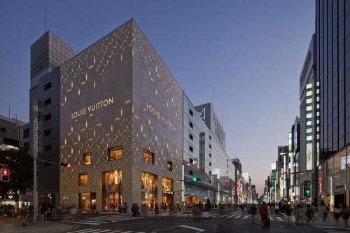 東京・銀座に建つ、ルイ・ヴィトン店舗のファサード©︎Daici Ano