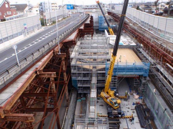 仮設構造物で支えられた国道298号の下で行われている東京外かく環状道路のトンネル工事