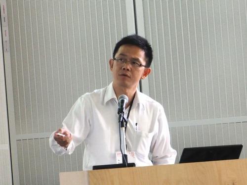 CAADRIA 2014の講演会場で発表する大阪大学大学院環境・エネルギー工学専攻の福田知弘准教授