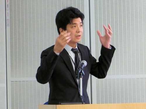 講演する大阪大学サイバーメディアセンター サイバーコミュニティ研究部門の安福健祐助教