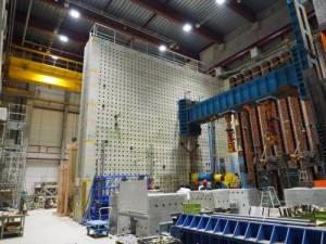 10t吊りの門形クレーンや巨大な反力壁などがある地下の実験室