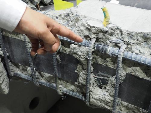 破壊実験後の供試体。鉄筋にはひずみセンサーが取り付けられていた