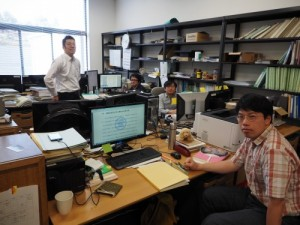 建築構法学研究室の学生と。実験結果を解析するため、研究室にはコンピューターやモニターがところ狭しと並んでいる