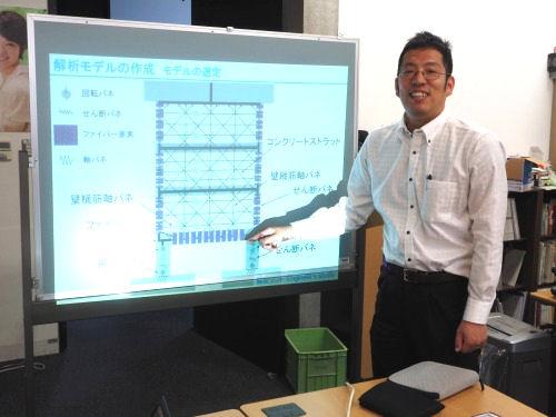 ファイバー要素を使ったモデル化の方法を説明する坂下助教