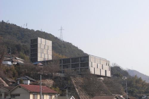 広島県尾道市の傾斜地に建つ「Seto」。崖の上に建物が12mほどオーバーハングしている