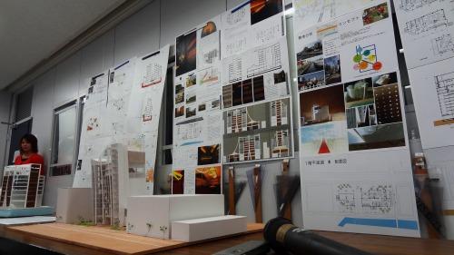3年次にプレゼンテーションボードや模型を使って行う設計の講評会