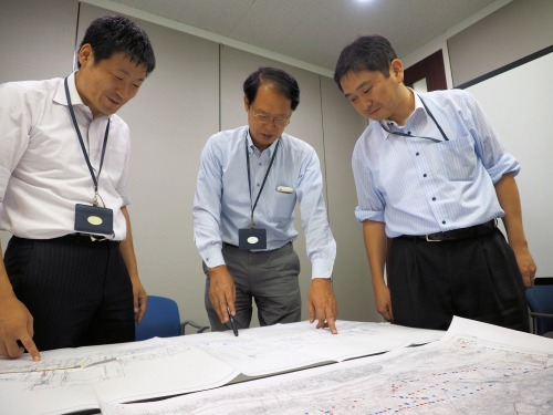 JDrafで作成した図面を検証するエイテック関東支社の土木技術者