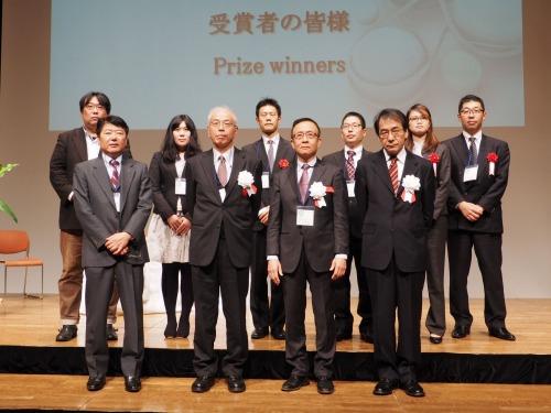 第1回 ナショナル・レジリエンス・デザインアワードの受賞者(後列)と審査員(前列)。前列左端は主催者、フォーラムエイトの伊藤裕二代表取締役社長