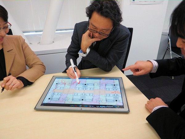 紙図面のようにタフパッド 4Kを囲んで会議することで、新しいアイデアも生まれやすくなる