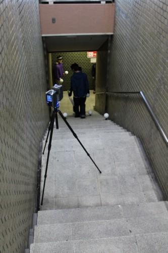 深夜の計測作業。17カ所のある出入り口から地下へと計測を進めていく