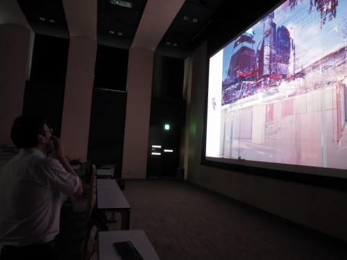 学内の視聴覚室にある4Kプロジェクターで上映したエスカ地下街の点群データは臨場感抜群