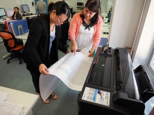 沖縄オフィスの大判プリンター「T520」で朱書きされたA1図面を印刷