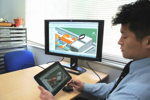 東京オフィスでのRGSのテスト風景。社内の高性能ワークステーションをHP ElitePadで遠隔操作している