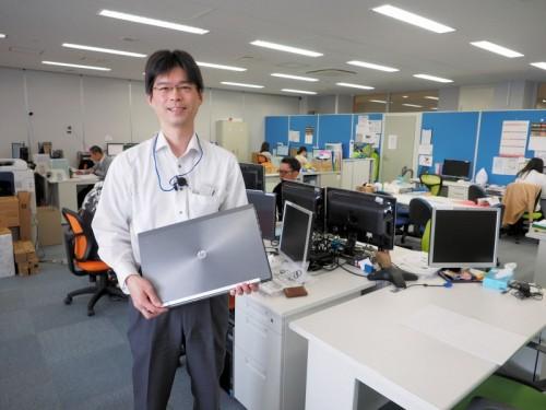 日本HPのモバイルワークステーションを持つDVI沖縄支店長の坂下慎二氏
