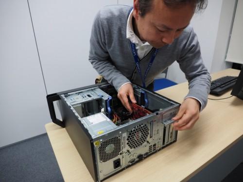 グラフィックボードをAMD FirePro W5100に交換する高橋氏