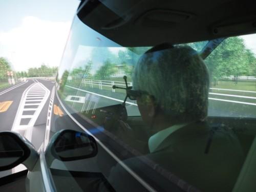 運転者から見るとスクリーンの境界を感じさせない映像が常に映し出される