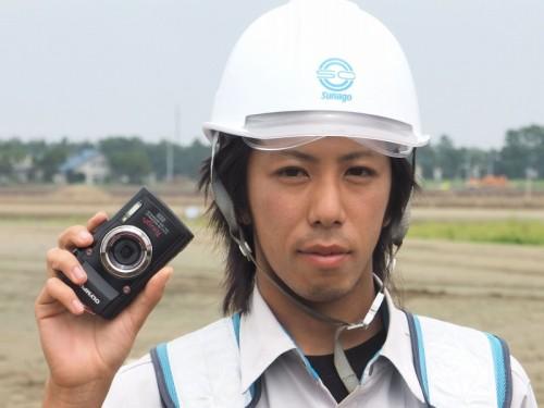 道央圏連絡道路の現場でオリンパスの工事現場用デジタルカメラ「TG-3 工一郎」を構える砂子組土木部土木課の成田憲昭さん