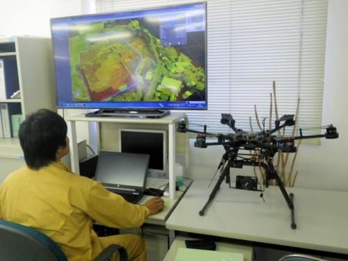 UAVで空撮した写真から3D点群データを作成し、福井コンピュータの「TREND-POINT」で土量計算を行う大林組の現場事務所