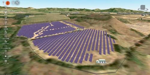 起伏のある敷地に配置された太陽光発電パネル