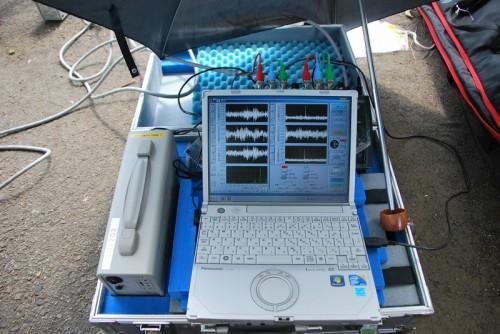 数十メートル離れた橋桁の振動を計測中する「Uドップラー」の本体部(上)とデータ収録部(下)
