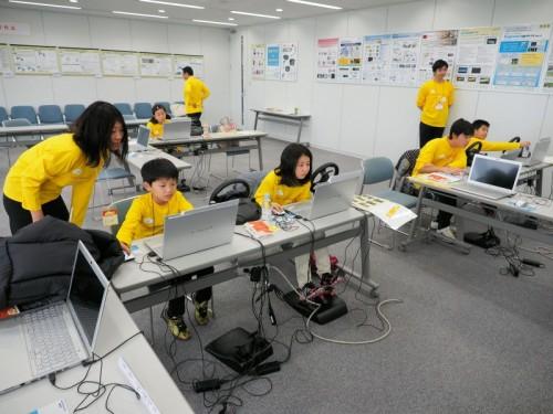 フォーラムエイト東京本社のセミナールームでVRソフト「UC-win/Road」を操作する小中学生