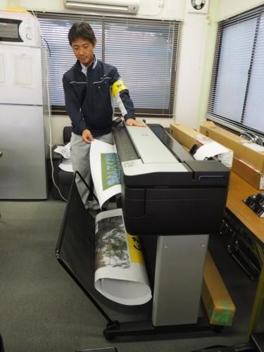 新日本工業の現場事務所に持ち込んだT830 MFP。A0サイズのスキャナーとプリンターがこの中に収まっているとは思えないコンパクトさだ