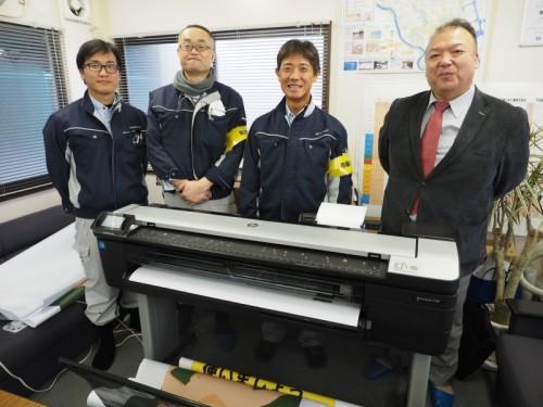 T830 MFPを前に。左から新日本工業土木部、現場係員の砂山芳之氏、監理技術者の鈴木努氏、現場代理人の山田貴光氏、建設IT職人組合クライス代表の佐々木実氏