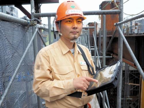 東京都内のビル工事現場でiPad対応のデジタル野帳「eYACHO」を活用する大林組の川﨑亮太さん