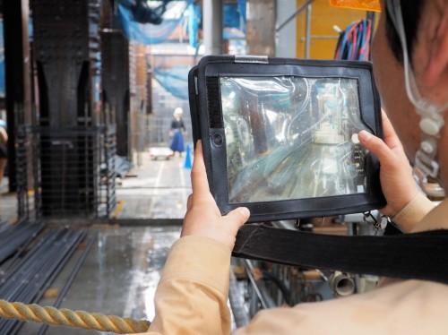 iPadに搭載されたデジタルカメラで現場の写真を撮影する。iPadは防水ケースに入れているがタッチパネル操作が可能だ