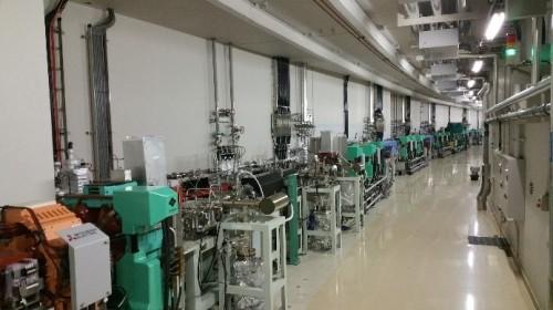Spring-8の施設内部。線状やリング状に配置された電子加速器を包むように建物が配置されている