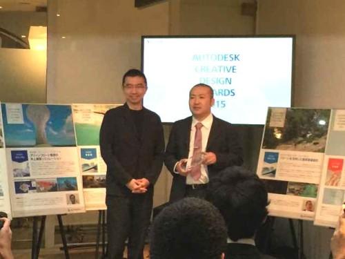 「AUTODESK CREATIVE DESIGN AWARDS 2015」の受賞式でトロフィーを受け取った佐々木高志氏(右)
