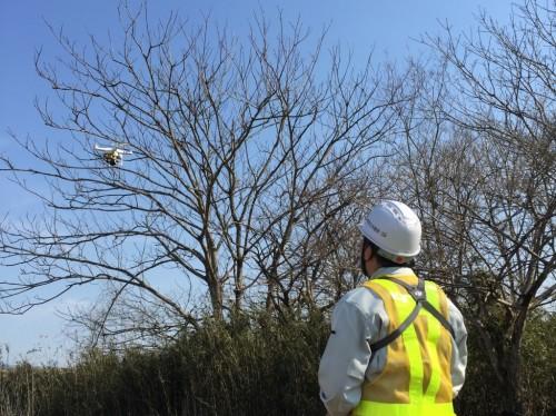 現況地形を3Dモデル化するためのドローンによる空撮作業