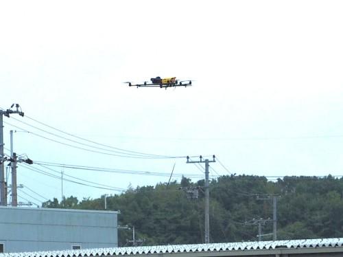 神戸トレーニングセンタの上空を飛行するドローン