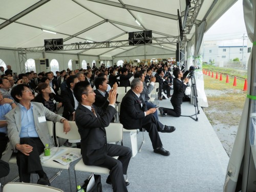 情報化施工やドローンのデモンストレーションを見守る約200人の開所式出席者