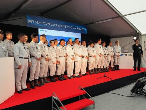 神戸トレーニングセンタの研修を担当するインストラクター。右端は神戸、白河、九州のトレーニングセンタの総責任者を務めるトプコン営業本部ICT施工/農業推進部の鈴木敏之部長