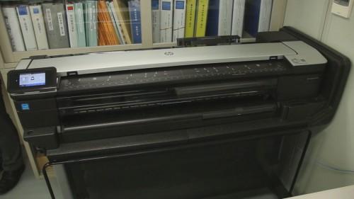 清水建設の現場事務所に置かれた「HP DesignJet T830 MFP」。A0プラス対応の大判複合機でありながら、大きさは従来のA1サイズ機ほどのコンパクトさだ