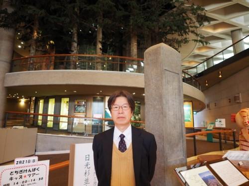 栃木県立博物館のロビーで。学芸部長補佐兼人文課長の森嶋秀一氏
