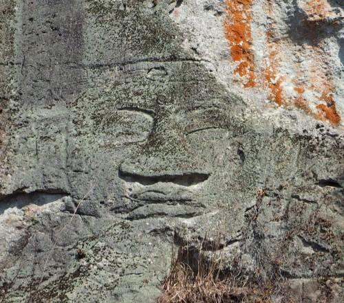 実際の石仏。時間によっては太陽光の光や影によって石仏の凹凸が見えにくい